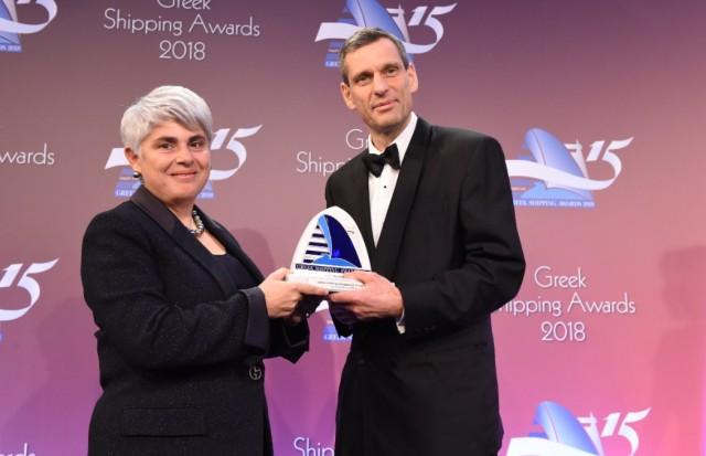 Η κ. Αγγελική Φράγκου παραλαμβάνει το βραβείο «Greek Shipping Newsmaker of the Year» από τον κ. Iain White, εκ μέρους του χορηγού του βραβείου Exxon Mobil.
