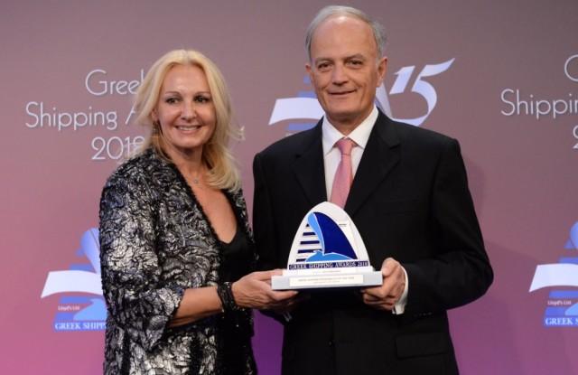 Η κ. Χριστίνα Μαργέλου εκ μέρους της Eurobank, του χορηγού του βραβείου «Ελληνική Ναυτιλιακή Προσωπικότητα της Χρονιάς», απονέμει το βραβείο στον κ. Ιωάννη Πλατσιδάκη.
