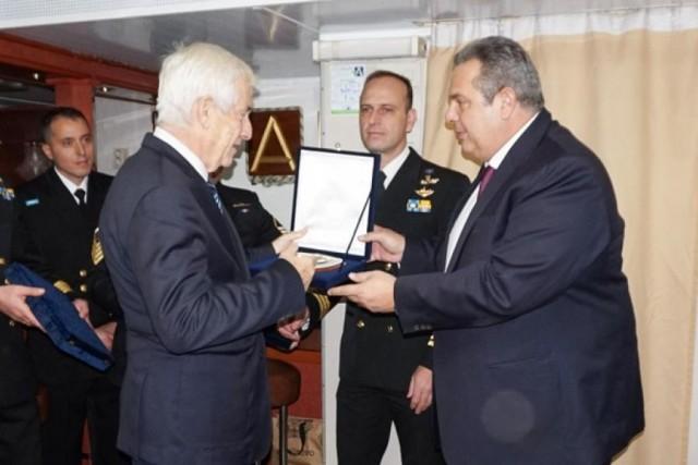 Ο κ. Πάνος Λασκαρίδης δέχεται την τιμητική διάκριση από τον Υπουργό Εθνικής Άμυνας, κ. Πάνο Καμμένο