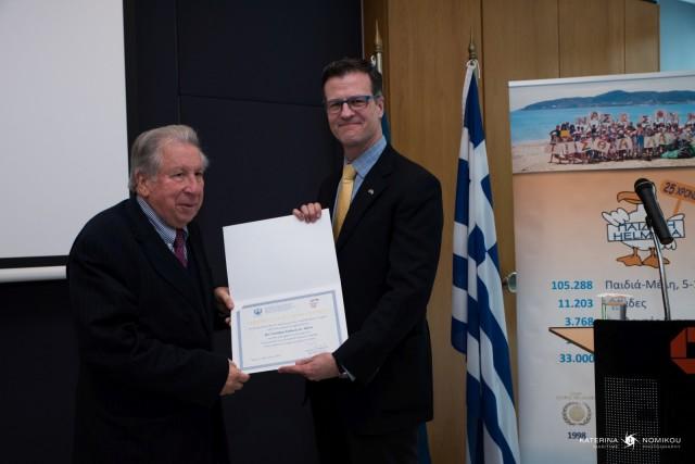 (Α-Δ) Ο Πρόεδρος της HELMEPA παραδίδει αναμνηστικό δίπλωμα στον Πρέσβη του Καναδά στην Ελλάδα.