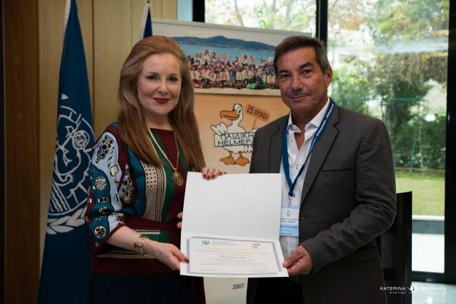 Η κα Ειρ. Νταϊφά, Γενική Γραμματέας του ΔΣ της HELMEPA παραδίδει αναμνηστικό δίπλωμα στον κο Ι. Διαμαντάρα.
