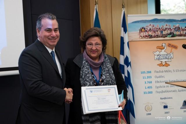 Ο κ. Α. Κωνσταντακόπουλος παραδίδει αναμνηστικό δίπλωμα στην κα Μ. Λαμπρίδου.