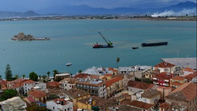 Φορτηγό πλοίο προσάραξε στον λιμένα του Ναυπλίου