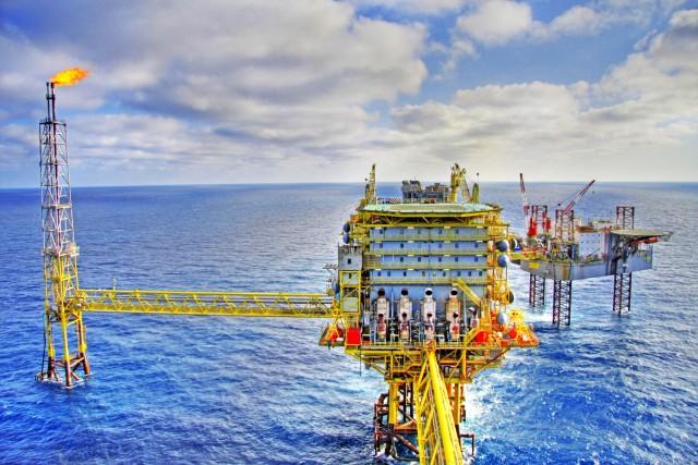 Η υπερπροσφορά «τρομάζει» τις τιμές πετρελαίου
