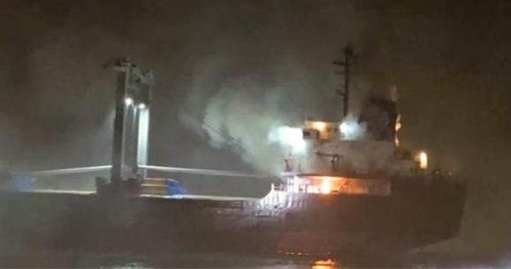 Πυρκαγιά ξέσπασε σε πλοίο στην Ιταλία (βίντεο)