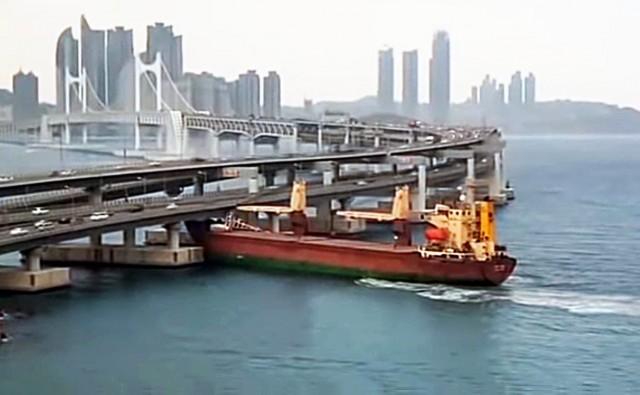 Πλοίο προσέκρουσε σε γέφυρα στην Νότια Κορέα (Βίντεο)