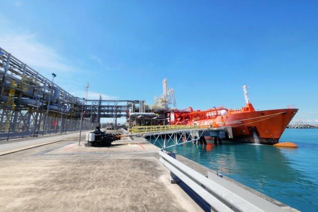 Σιγκαπούρη: Ολοκληρώθηκε ο πρώτος ανεφοδιασμός LNG ship- to- ship