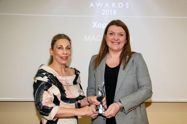H κ. Αθηνά Κανελλάτου, Branch Manager Macgregor Greece & Regional Director Mediterranean, χορηγού του βραβείου, δίνει το αγαλματίδιο της Ευκράντη στην κ. Δέσποινα Παναγιώτου-Θεοδοσίου, Πρόεδρο της WISTA International και join-CEO της Tototheo Maritime.