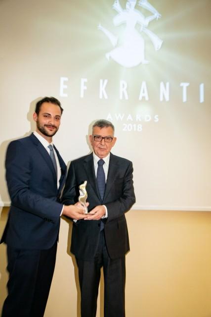 Ο κ. Ηλίας Μάλλιος, Υπεύθυνος Εξαγωγών της SEABRIGHT, χορηγού του βραβείου, δίνει το αγαλματίδιο της Ευκράντη στον κ. Αναστάσιο Παπαγιαννόπουλο, Προέδρου της BIMCO και Principal της Common Progress Co Na S.A.