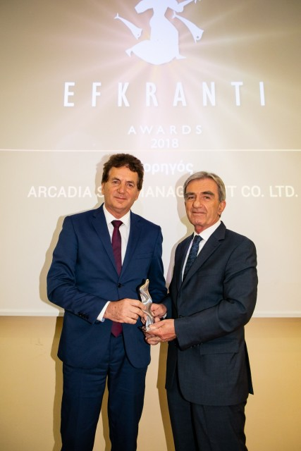 Ο κ. Δημήτριος Ματθαίου, Πρόεδρος του Green Award Foundation και CEO της Aegean Bulk Co Inc. και της Arcadia Shipmanagement Co Ltd., χορηγού του βραβείου, δίνει το αγαλματίδιο της Ευκράντη στον ναύαρχο Αθανάσιο Μπούσιο Εκτελεστικό Σύμβουλο της ΣΥΝ-ΕΝΩΣΙΣ.