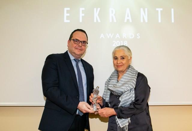 Ο κ. Γιάννης Ξενακούδης, General Manager of IRI/The Marshall Islands Registry, Piraeus office, χορηγού του βραβείου, δίνει το αγαλματίδιο της Ευκράντη στην κυρία Άννα Διαμαντοπούλου, ανηψιά του κ. Τρύφωνα Κέδρου, η οποία το παρέλαβε εκ μέρους του.