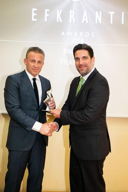 Ο κ. Κωστής Φραγκούλης, Ιδρυτής και Πρόεδρος της εταιρείας FRANMAN, χορηγού του βραβείου, δίνει το αγαλματίδιο της Ευκράντη στον κ. Στέφανο Κολλάκη της Chartworld.