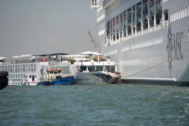 Σύγκρουση κρουαζιερόπλοιου με τουριστικό πλοιάριο