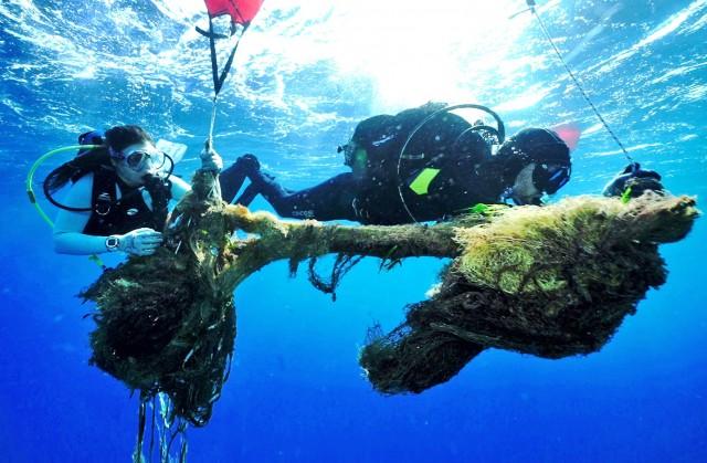 Τρείς τόνοι εγκαταλελειμμένων διχτυών στον βυθό της Σαλαμίνας
