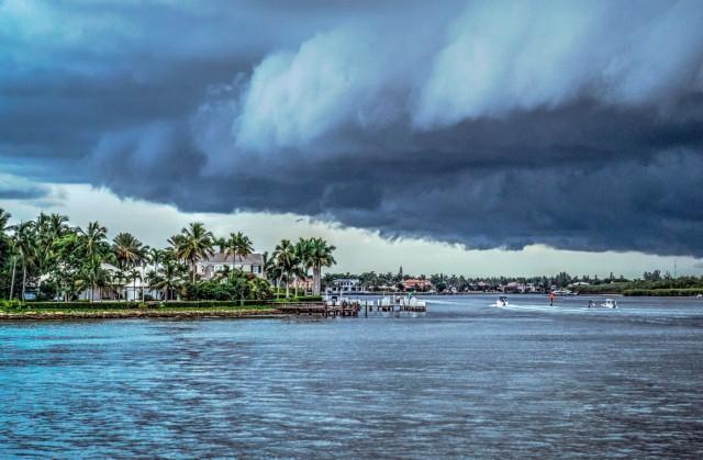 SOS: ο κυκλώνας Ντόριαν «δείχνει τα δόντια του»