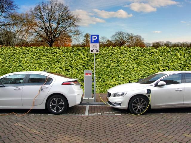 Δημοφιλέστερα γίνονται τα ηλεκτρικά οχήματα