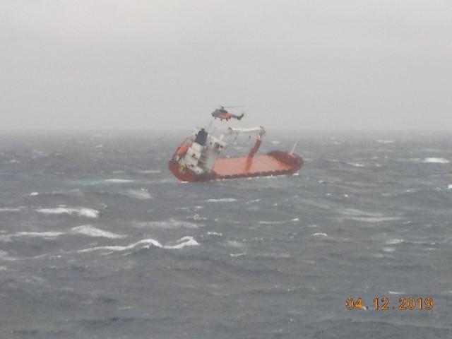 Καρέ-καρέ η διάσωση του πληρώματος φορτηγού πλοίου στο Αιγαίο