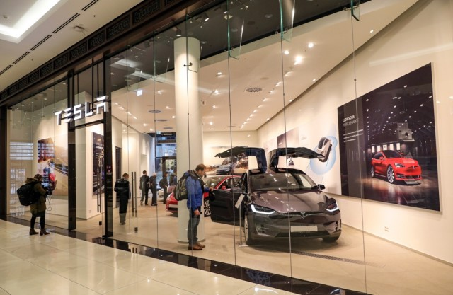 Tesla: Νέα εργοστάσια και αύξηση τιμών