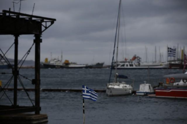 Πρόσκρουση πλοίου με πλωτό γερανό στο λιμάνι του Ρεθύμνου