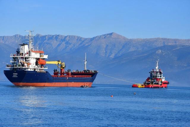 Σε εξέλιξη η επιχείρηση ρυμούλκησης ακυβέρνητου πλοίου