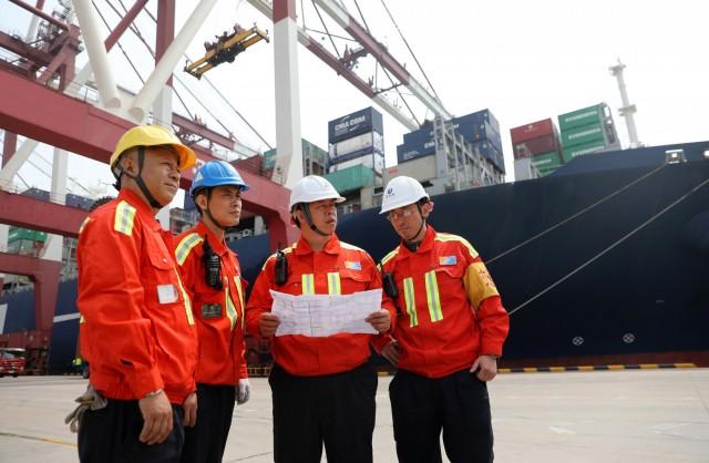 Η κινεζική επιδρομή στα διεθνή λιμάνια συνεχίζεται