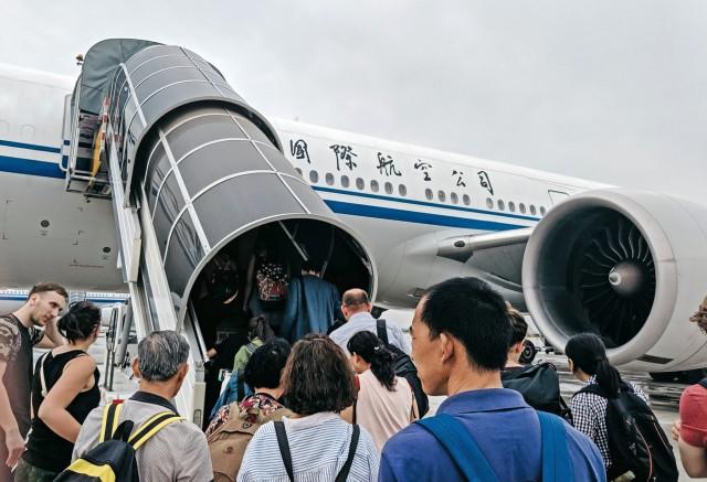 Ο Covid-19 πλήττει την αεροπορική βιομηχανία