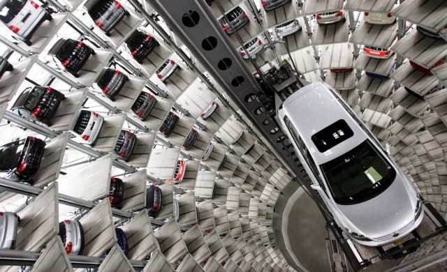 VW: Επενδύει σε «καθαρότερα» εργοστάσια