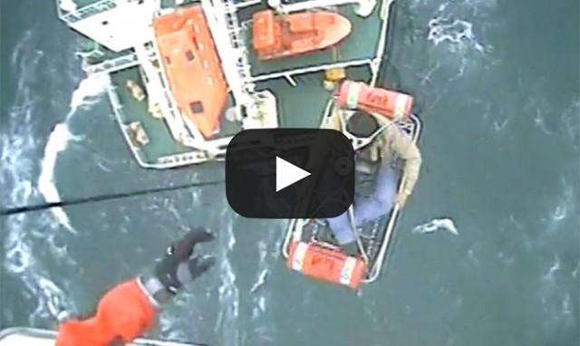 Βίντεο: Διάσωση πλοιάρχου από ελικόπτερο της αμερικανικής Ακτοφυλακής