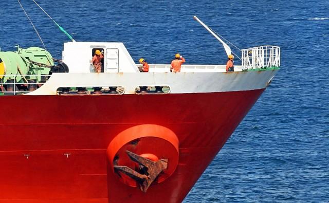 To δίλημμα της απρόσκοπτης μετακίνησης ή όχι των ναυτικών από τα πλοία