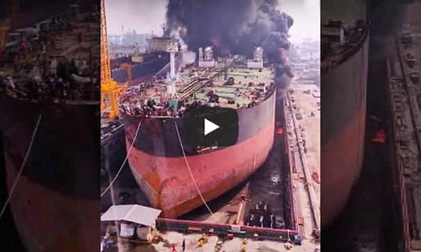 Στις φλόγες τυλίχθηκε πλοίο σε ναυπηγείο της Ινδονησίας