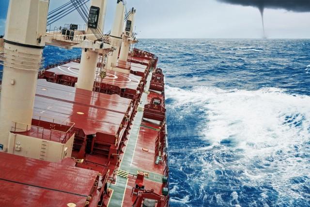 Ναυτική τραγωδία: Μέλος πληρώματος έχασε τη ζωή του από μεγάλα κύματα