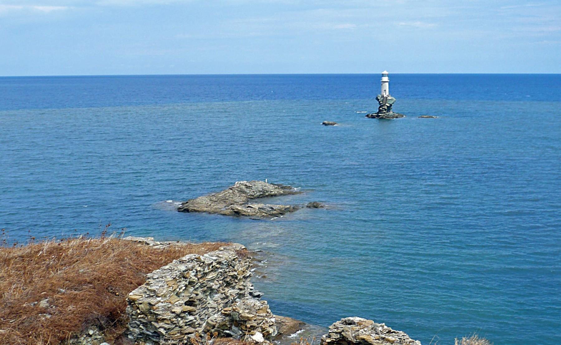 Από τους πιο εντυπωσιακούς φάρους της χώρας, ο φάρος Τουρλίτης είναι χτισμένος σε έναν βράχο μέσα στην θάλασσα. Κατασκευάστηκε το 1887.