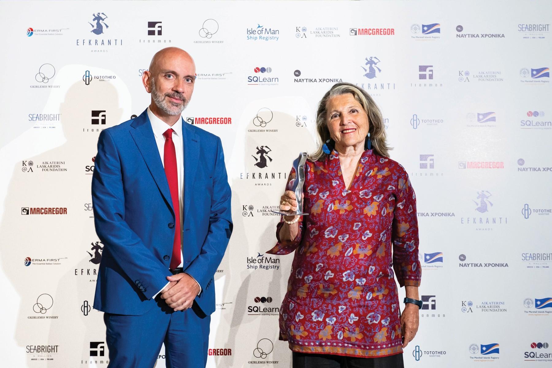 Η κ. Λυδία Καρρά παραλαμβάνει το αγαλματίδιο Ευκράντη από τον δρα Παναγιώτη Καπετανάκη, εκ μέρους της κ. Άννας Κανελλάτου, Regional Director Mediterranean-Middle East and India της MacGregor