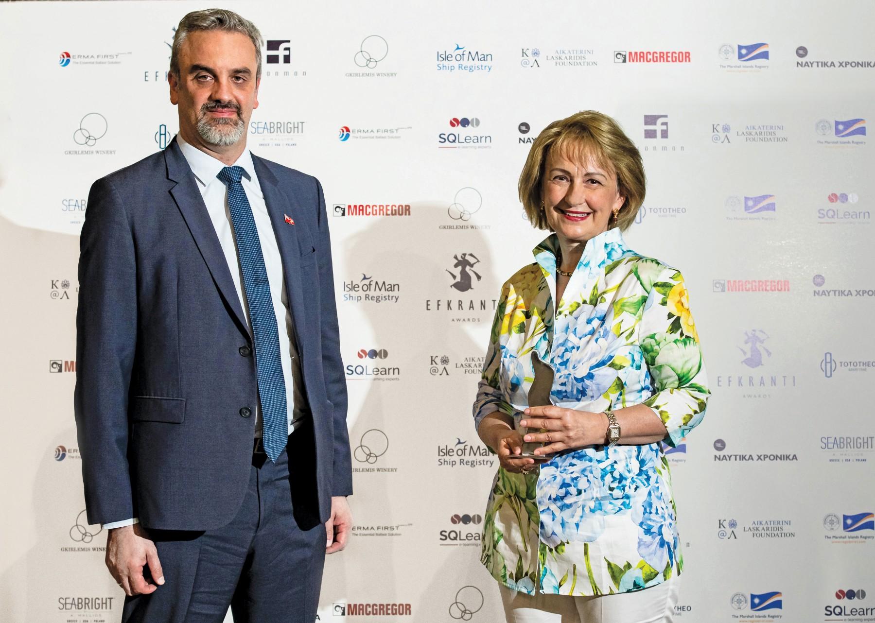 Η καθ. Τζελίνα Χαρλαύτη παραλαμβάνει το αγαλματίδιο Ευκράντη από τον κ. Κωνσταντίνο Μαχαίρα, Business Development Manager για την Ελλάδα του Nηολογίου Isle of Man.