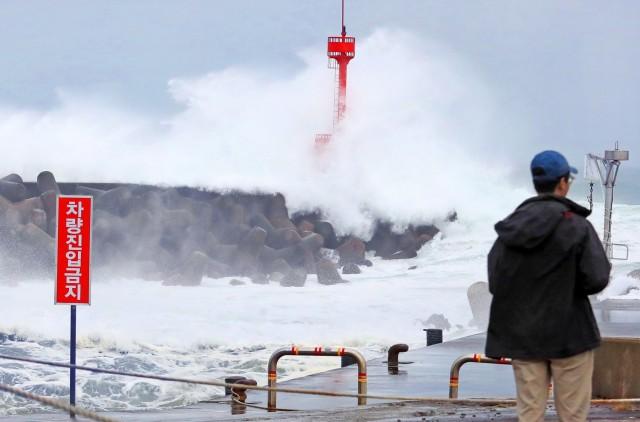 Τυφώνας σαρώνει τη Θάλασσα της Ιαπωνίας
