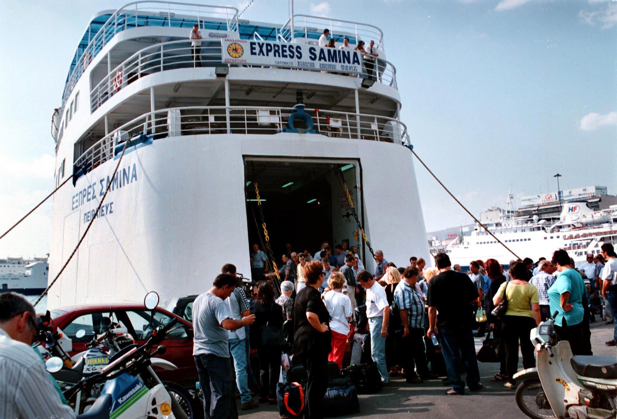 Φωτογραφία του «Εξπρές Σάμινα» στο λιμάνι του Πειραιά  στις 14 Σεπτεμβρίου 2000