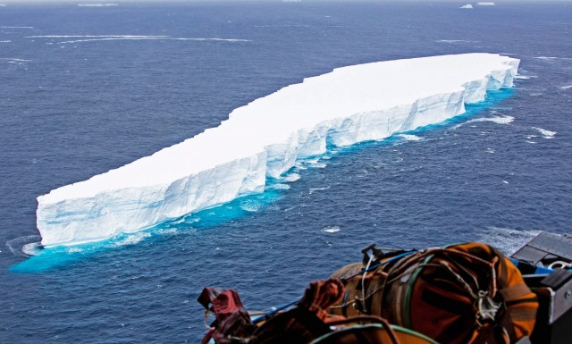 Σε τροχιά πρόσκρουσης γιγαντιαίο παγόβουνο