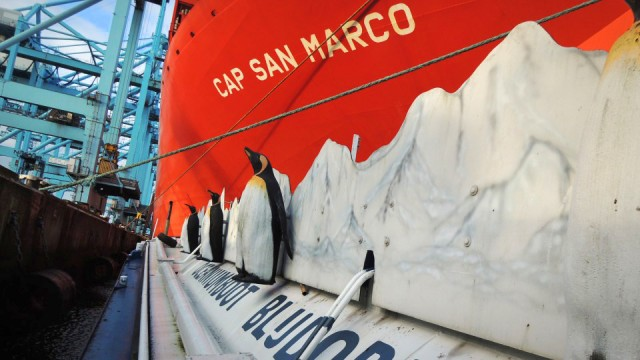 Πλοία στην υπηρεσία μεταφοράς θαλασσινού νερού σε καρχαρίες και φώκιες