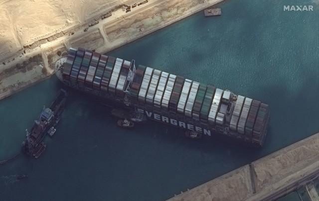 Έως και 369 τα εγκλωβισμένα πλοία στη Διώρυγα του Σουέζ