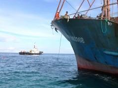 Ινδονησία: Δύτες αναζητούν 17 μέλη πληρώματος αλιευτικού που αναποδογύρισε λόγω σύγκρουσης με πλοίο