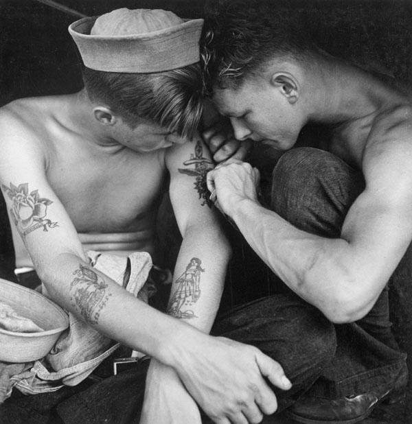 Ναύτης κάνει τατουάζ σε συνάδελφό του στο πλοίο USS New Jersey, το 1944