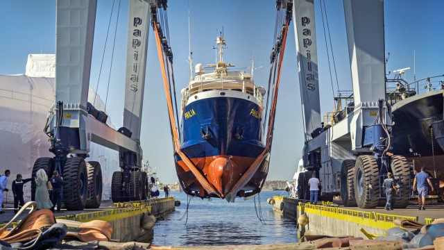 Eντυπωσιακή επιχείρηση καθέλκυσης για το ερευνητικό σκάφος «Φιλία»