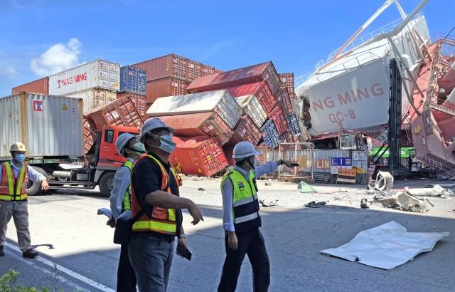 Κατάρρευση γερανών σε λιμάνι εμπορευματοκιβωτίων – Ένας λιμενεργάτης τραυματίας