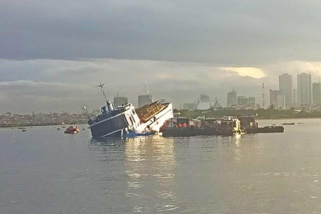 Cargo vessel and utility boat collide in Manila