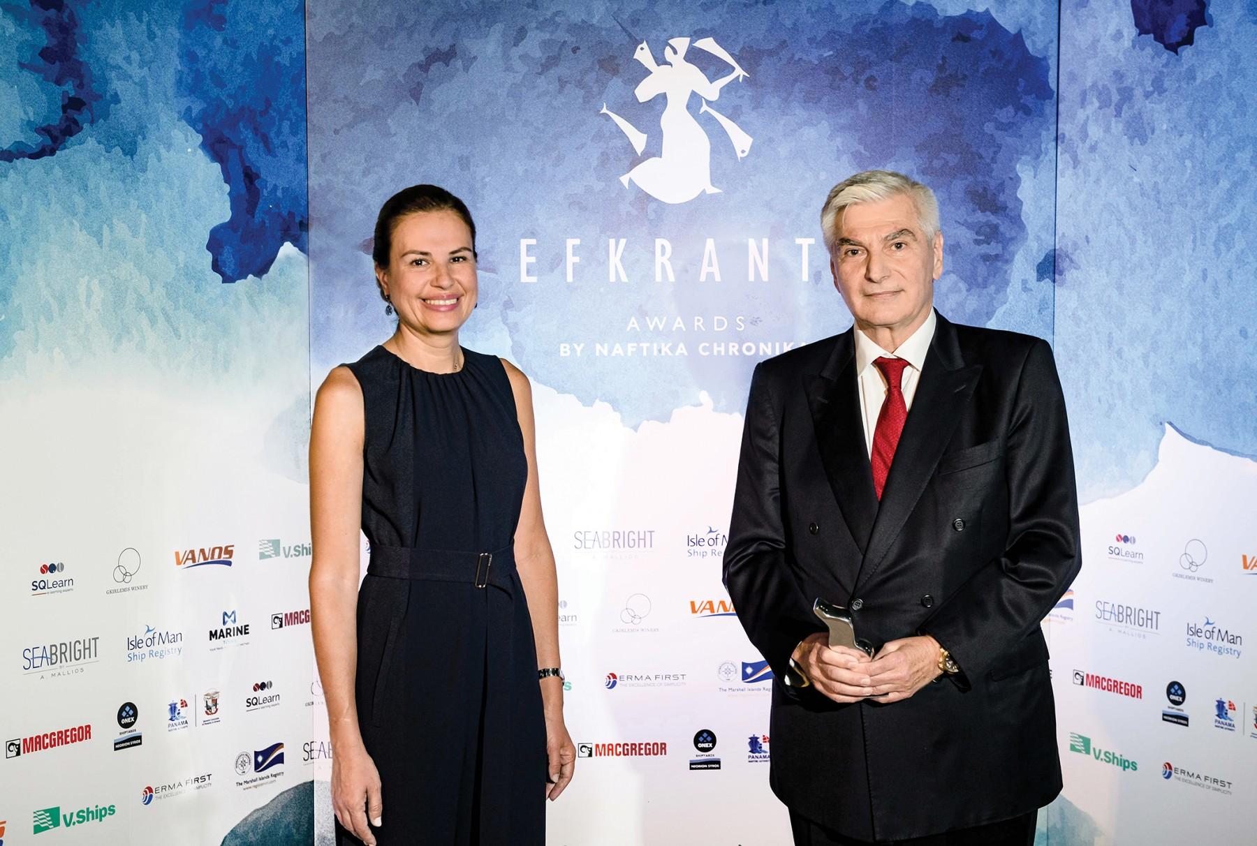 Ο κ. Ηρακλής Προκοπάκης παραλαμβάνει το αγαλματίδιο «Ευκράντη» από την Ελένη Πολυχρονοπούλου, Διευθύντρια Επιχειρηματικής Ανάπτυξης της ERMA FIRST, χορηγού του βραβείου.