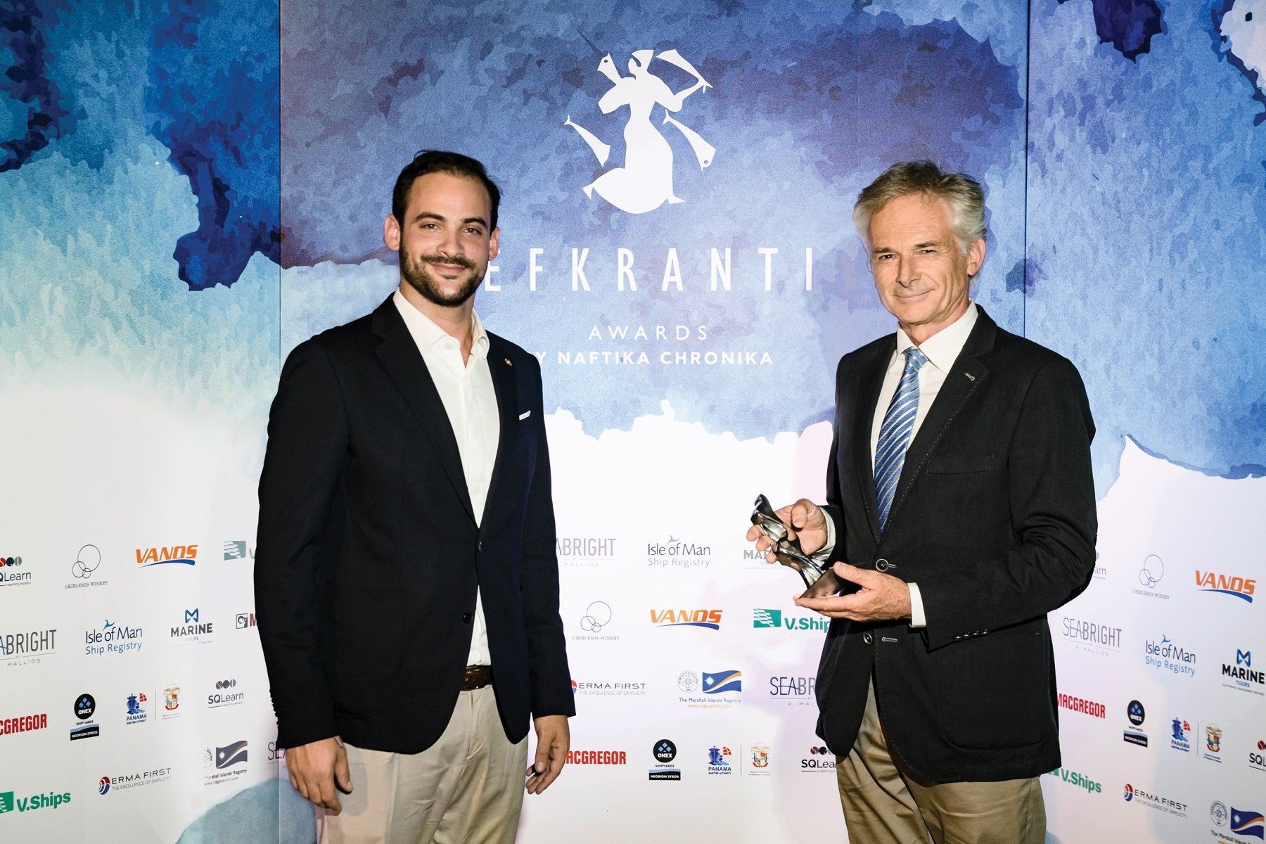 O κ. Μιλτιάδης Συννεφιάς, Technical Director της Pleiades Shipping Agents S.A., παραλαμβάνει το αγαλματίδιο «Ευκράντη» από τον κ. Ηλία Μάλλιο, Υπεύθυνο Εξαγωγών της Seabrigt