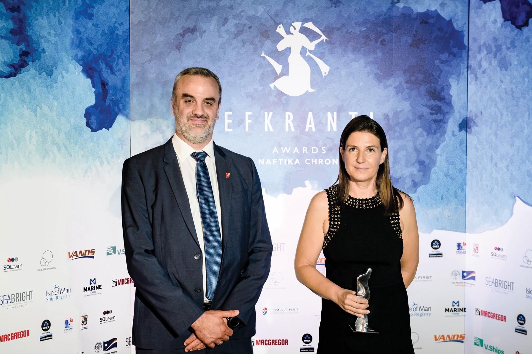 H κ. Ιωάννα Προκοπίου παραλαμβάνει το αγαλματίδιο «Ευκράντη» από τον κ. Κωνσταντίνο Μαχαίρα, Business Development Manager (Greece) του νηολογίου Isle of Man