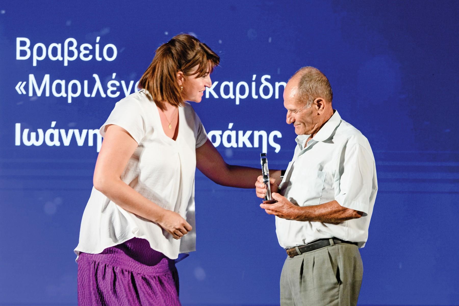 Ο κ. Ιωάννης Μανουσάκης, παραλαμβάνει το  αγαλματίδιο «Ευκράντη» από την κ. Σουζάνα Λασκαρίδη, Γενική  Γραμματέα του Ιδρύματος Αικατερίνης Λασκαρίδη.